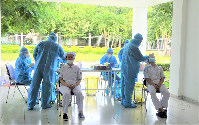 """Nhân viên thực hiện """"3T"""" tại các nhà máy Vinamilk được xét nghiệm định kỳ để đảm bảo sản xuất an toàn, chống dịch hiệu quả"""