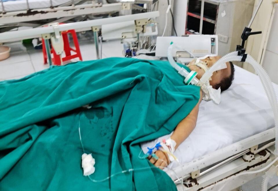 Một trong số các em học sinh đang được điều trị tích cực tại Bệnh viện Đa khoa Văn Bàn