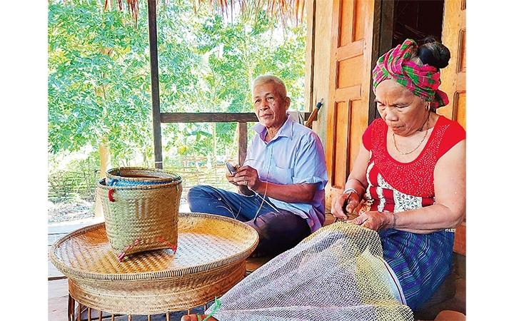 Nghề đan lát đã gắn bó máu thịt, với người Khùa ở Minh Hóa. (Ảnh chụp trước ngày 27/4/2021)