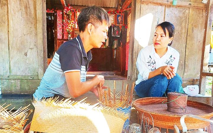 Một nghệ nhân ở xã Trọng Hóa đang giới thiệu sản phẩm mây, tre của mình với khách. (Ảnh chụp trước ngày 27/4/2021)