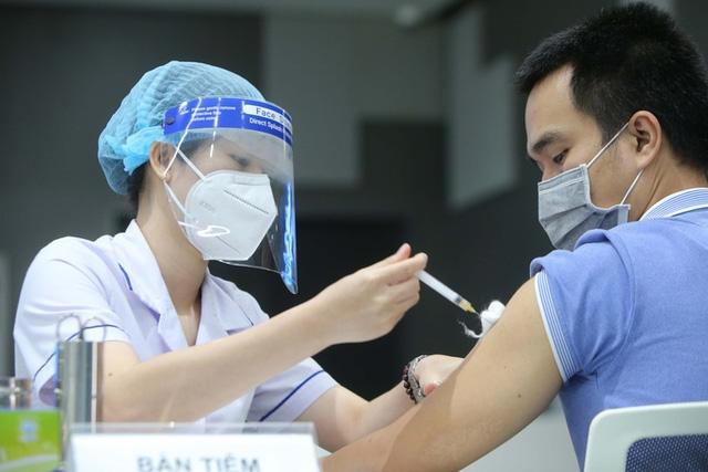 Tiêm vaccine COVID-19 cho công nhân khu Công nghệ cao, TP Thủ Đức. (Ảnh minh họa - Ảnh: NLĐ)