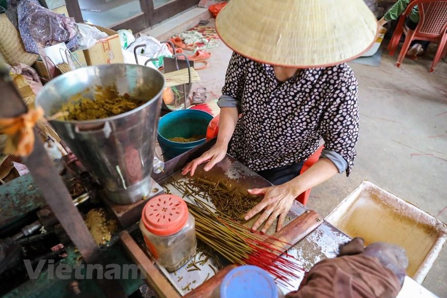Từ chỗ chỉ là nghề phụ đến nay, nghề làm tăm hương đã phát triển mạnh, trở thành nghề chính, đem lại nguồn thu nhập chính cho nhiều hộ dân ở Quảng Phú Cầu. (Ảnh: PV/Vietnam+)