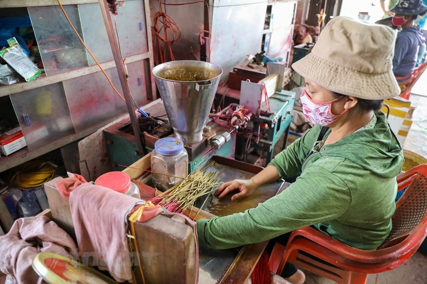 Ngoài làm tăm hương, từ vầu, tre, nứa, người dân Quảng Phú Cầu cũng đã phát triển các sản phẩm như tăm tre, que xiên, chổi tre… phục vụ nhu cầu thị trường. (Ảnh: PV/Vietnam+)