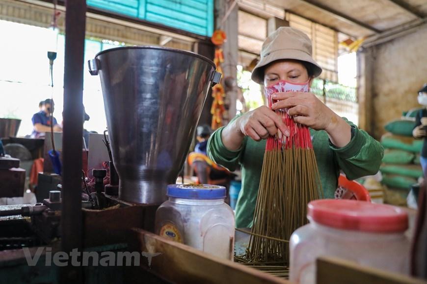 Không chỉ cung cấp tăm hương cho các cơ sở khắp cả nước, Quảng Phú Cầu cũng có những cơ sở se hương. (Ảnh: PV/Vietnam+)