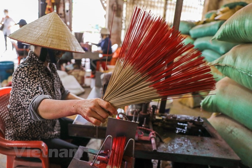 Sản phẩm hương truyền thống của địa phương không sử dụng hóa chất tạo tàn vòng nên an toàn cho sức khỏe. (Ảnh: PV/Vietnam+)