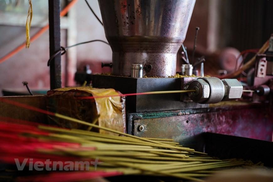 Tuy nhiên vài chục năm trở lại đây, khi thị trường tiêu thụ được mở rộng, sản phẩm được xuất khẩu, nghề này đã phát triển mạnh mẽ, thu hút sự tham gia của rất nhiều lao động khắp 6 thôn trong xã Quảng Phú Cầu(Ảnh: PV/Vietnam+)