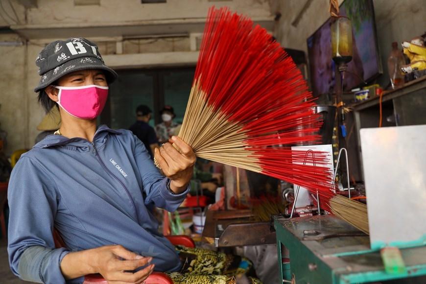Thời gian gần đây, Quảng Phú Cầu đã thu hút nhiều khách du lịch trong và ngoài nước tới khám phá về nghề làm hương truyền thống cũng như để ghi lại những hình ảnh đẹp ở nơi này. (Ảnh: PV/Vietnam+)