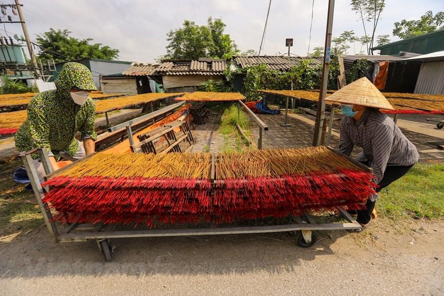Hương se xong sẽ được phơi dưới nắng để giữ được hương thơm tự nhiên thay vì sấy khô. (Ảnh: PV/Vietnam+)