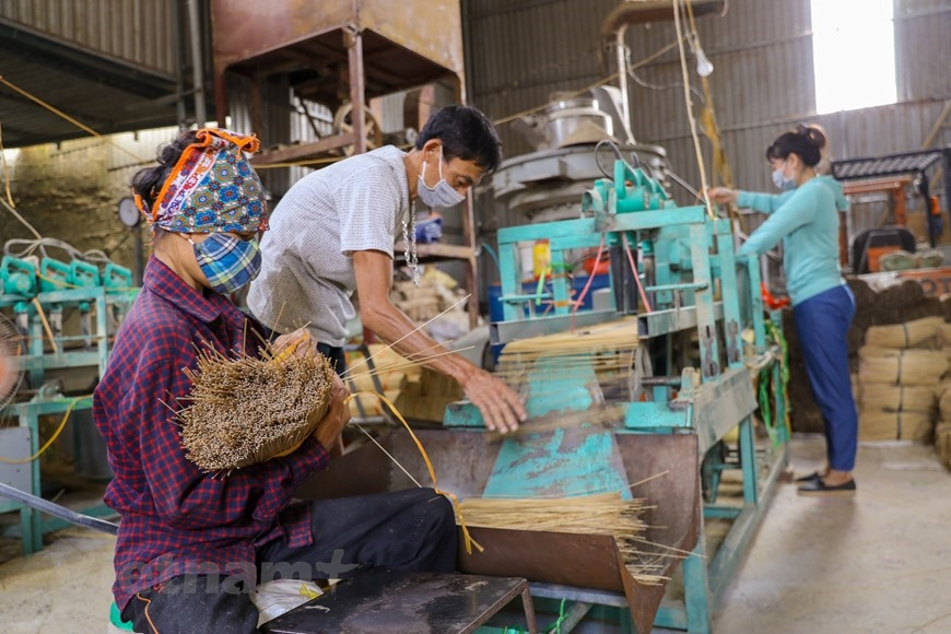 Ban đầu, nghề làm hương chỉ tập trung chủ yếu ở thôn Phú Lương Thượng, nhưng những năm gần đây, nghề truyền thống này đã được mở rộng ra các thôn trong xã như Cầu Bầu, Đạo Tú. (Ảnh: PV/Vietnam+)