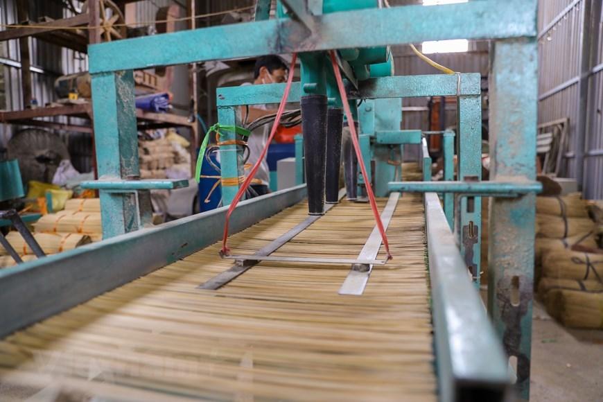Những người làm tăm hương ở Quảng Phú Cầu luôn tỉ mỉ, kỳ công ngay từ khâu chọn nguyên liệu vì đây là một nghề phần nào đó mang yếu tố tâm linh. (Ảnh: PV/Vietnam+)