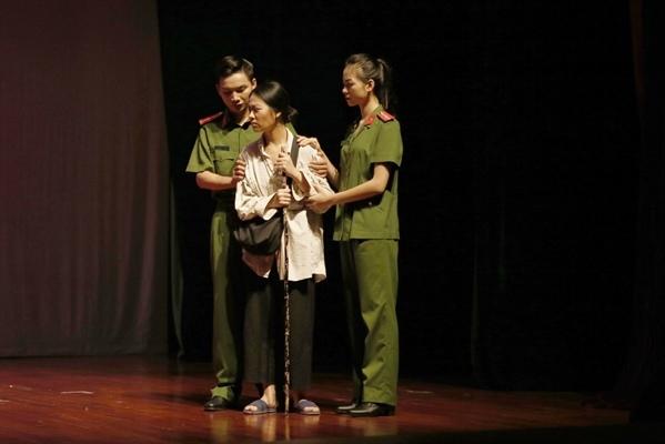 """Vở """"Tái sinh"""" do NSƯT Bùi Như Lai dàn dựng đã giành HCV cho vở diễn và Đạo diễn xuất sắc tại Liên hoan nghệ thuật về """"Hình tượng người chiến sĩ CAND"""" Ảnh: N.L"""