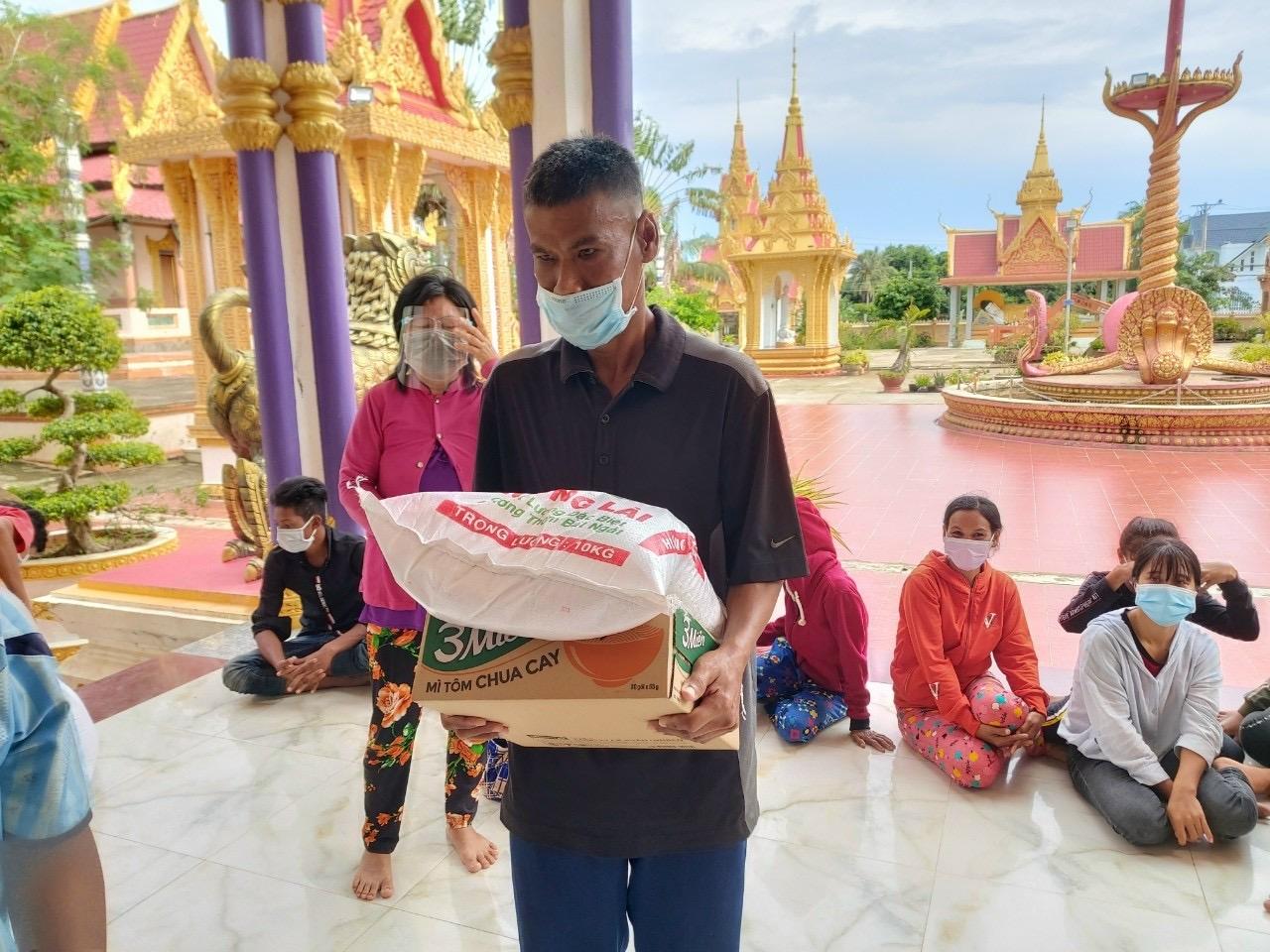 Phật tử nhận gạo và thực phẩm tại chùa Kandansi (Vĩnh Châu)