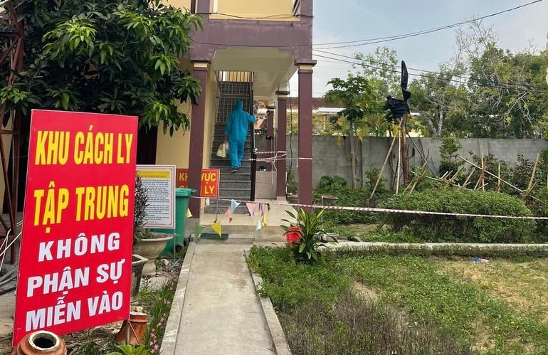 Từ ngày 14/9, khu vực nhà ở 2 tầng dành cho Phật tử của chùa Chí Linh, xã Xuân Thành, huyện Yên Thành (Nghệ An) trở thành nơi cách ly tập trung, với khoảng 80 công dân là trường hợp F1 và các công dân trở về từ vùng dịch