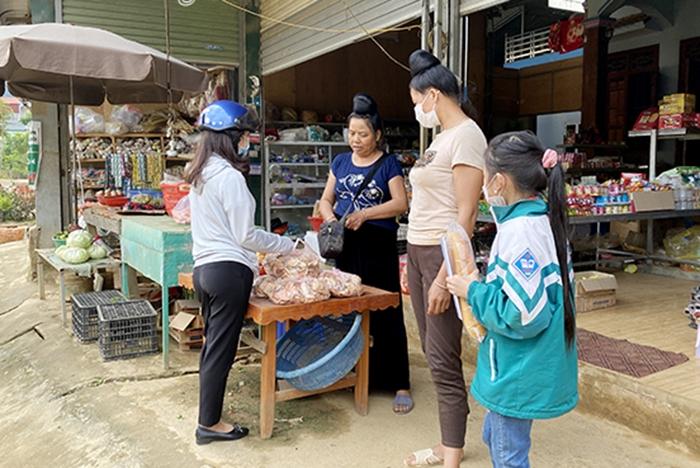 """Một cửa hàng tạp hóa ở bản Ót Nọi có bán cây """"Co hôm ha"""" khô, với giá 35.000 đồng/túi"""