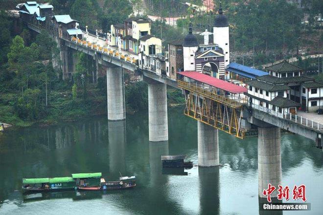 """Kỳ thú- """"Ngôi làng"""" nằm chông chênh trên cây cầu dài 400 m 3"""