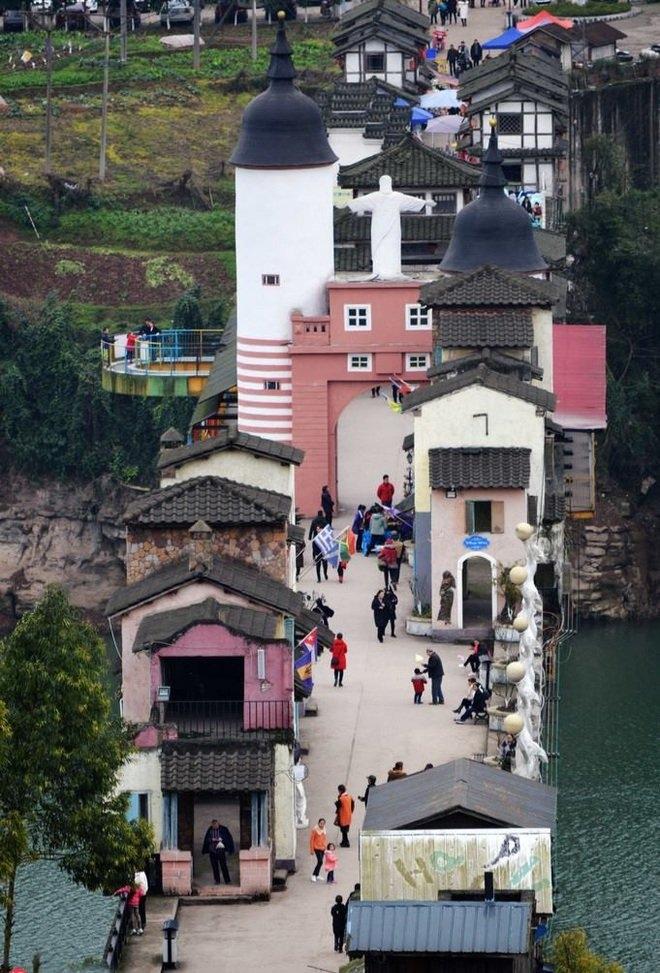 Những ngôi nhà trên cầu được thiết kế theo phong cách phương Tây kết hợp kiến trúc nhà Trung Quốc truyền thống của người dân ở thị trấn Linshi của Trùng Khánh.