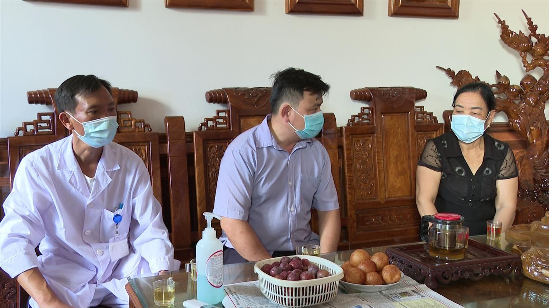 Bà Hoàng Thị Dịch cùng Tổ Covid-19 cộng đồng xã Yên Phúc, huyện Văn Quan (Lạng Sơn) đến hộ gia đình tuyền truyền, vận động người dân cùng phòng, chống dịch Covid-19