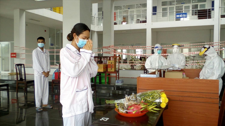 Các bệnh nhân là đồng bào dân tộc Khmer thực hiện nghi lễ tưởng nhớ ông bà, tổ tiên trong khu cách ly