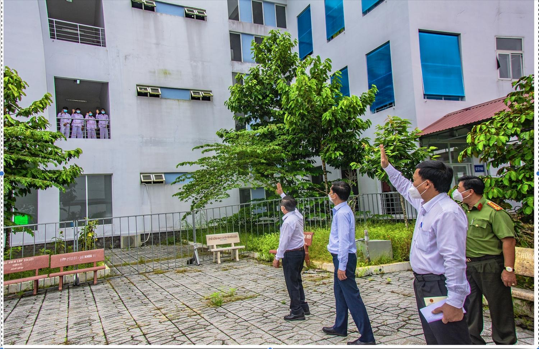 Chủ tịch UBND TP. Cần Thơ Trần Việt Cường và đoàn công tác đến thăm hỏi bệnh nhân tại khu cách ly, Bệnh viện dã chiến số 1 nhân dịp Lễ Sen Dolta