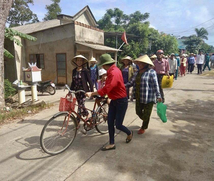 Tổ chức sơ tán người dân trước khi bão đổ bộ. Ảnh: VGP/Minh Trang