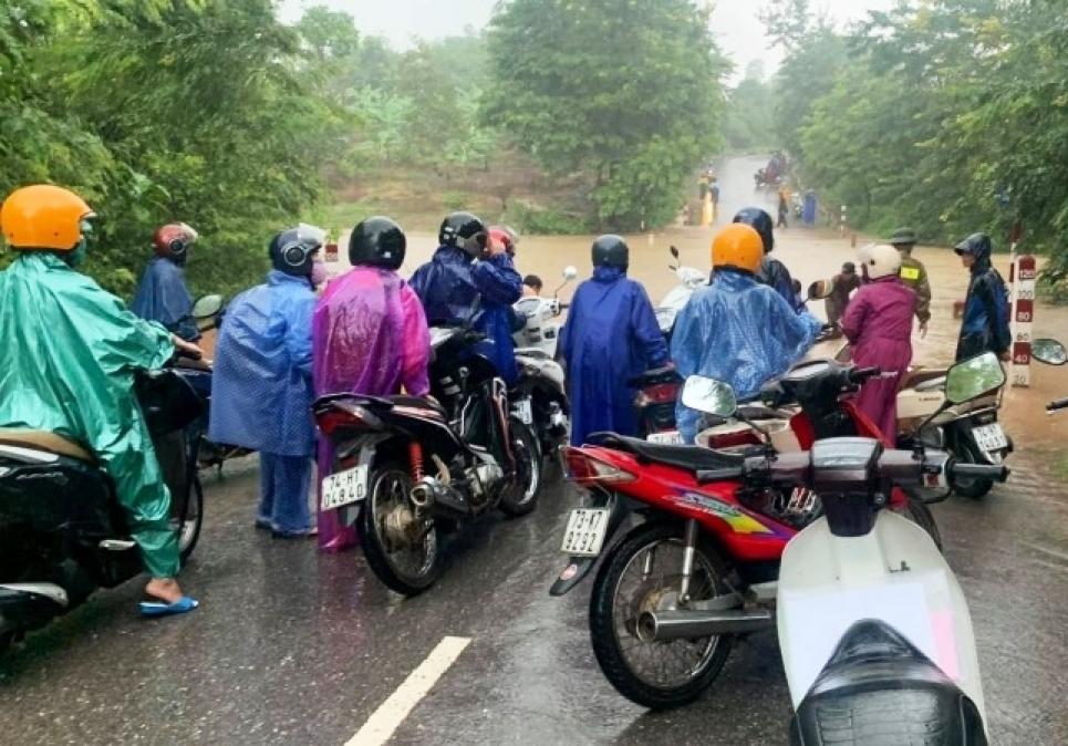 Một cầu Tràn tại xã Thuận bị ngập, tuyến giao thông vào các xã vùng Lìa, huyện Hướng Hóa bị cô lập.