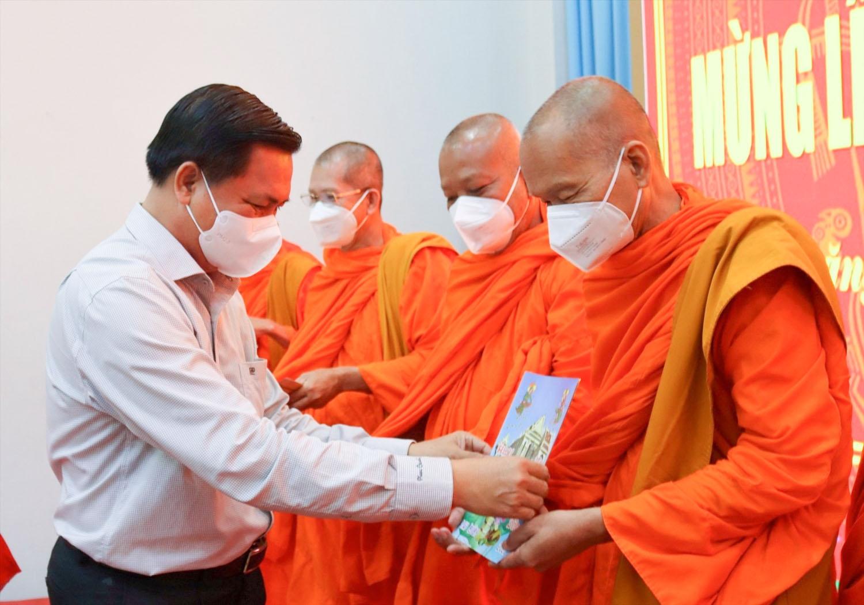 Ông Trần Văn Lâu - Chủ tịch UBND tỉnh Sóc Trăng tặng quà Hội Đoàn kết sư sãi yêu nước