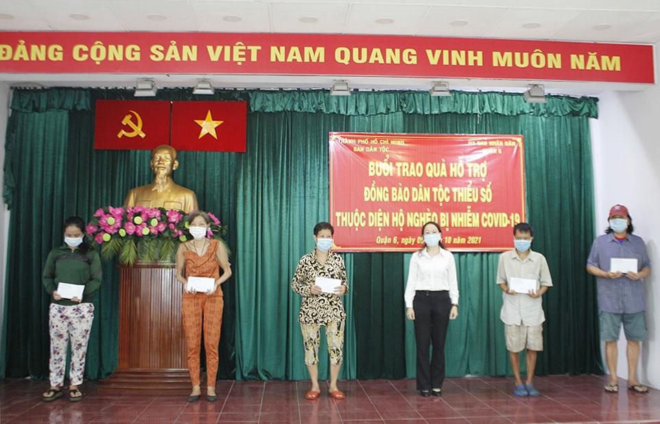 Bà Đặng Thị Tuyết Mai - Phó Dan Bân tộc TP. Hồ Chí Minh (thứ 3 từ phải qua) trao quà cho đại diện các hộ đồng bào DTTS nghèo nhiễm Covid-19 tại quận 6