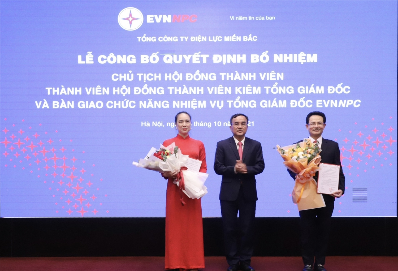 Chủ tịch HĐTV EVN trao quyết định và hoa cho Chủ tịch HĐTV và Tổng giám đốc EVNNPC