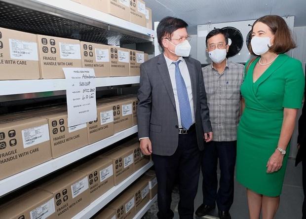 Thứ trưởng Bộ Y tế Trương Quốc Cường tiếp nhận thêm 300.000 liều vaccine COVID-19 và trang thiết bị chống dịch từ Chính phủ Australia. (Nguồn: Bộ Y tế)