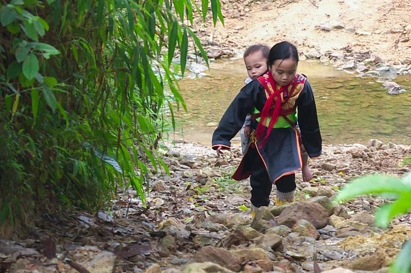 Cõng em vượt quãng đường 3km đầy khó khăn là hành trình đến trường của cô bé dân tộc Dao Trình Thị Lan trong suốt 2 năm qua