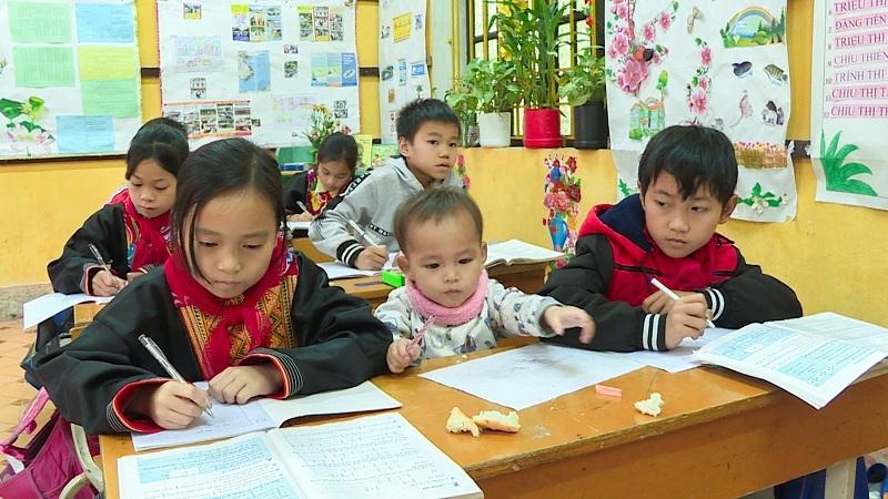 Mang em đến lớp, cùng ước mơ học để trở thành bác sĩ của cô bé Trình Thị Lan. (Ảnh chụp trước ngày 27/4/2021)
