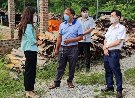 Bà Đoàn Thu Hà, Phó Chủ tịch UBND tỉnh Lạng Sơn kiểm tra tại một HTX trong tỉnh. (Ảnh TL)