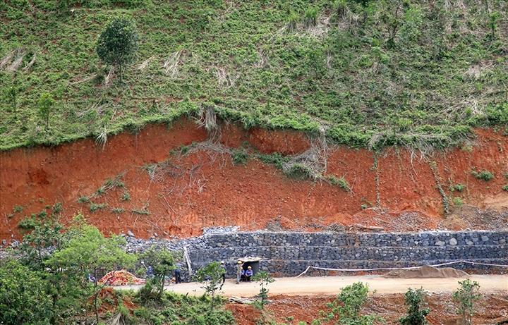 Những vách núi bị san ủi thi công điện gió đang được xây dựng kè chống sạt lở