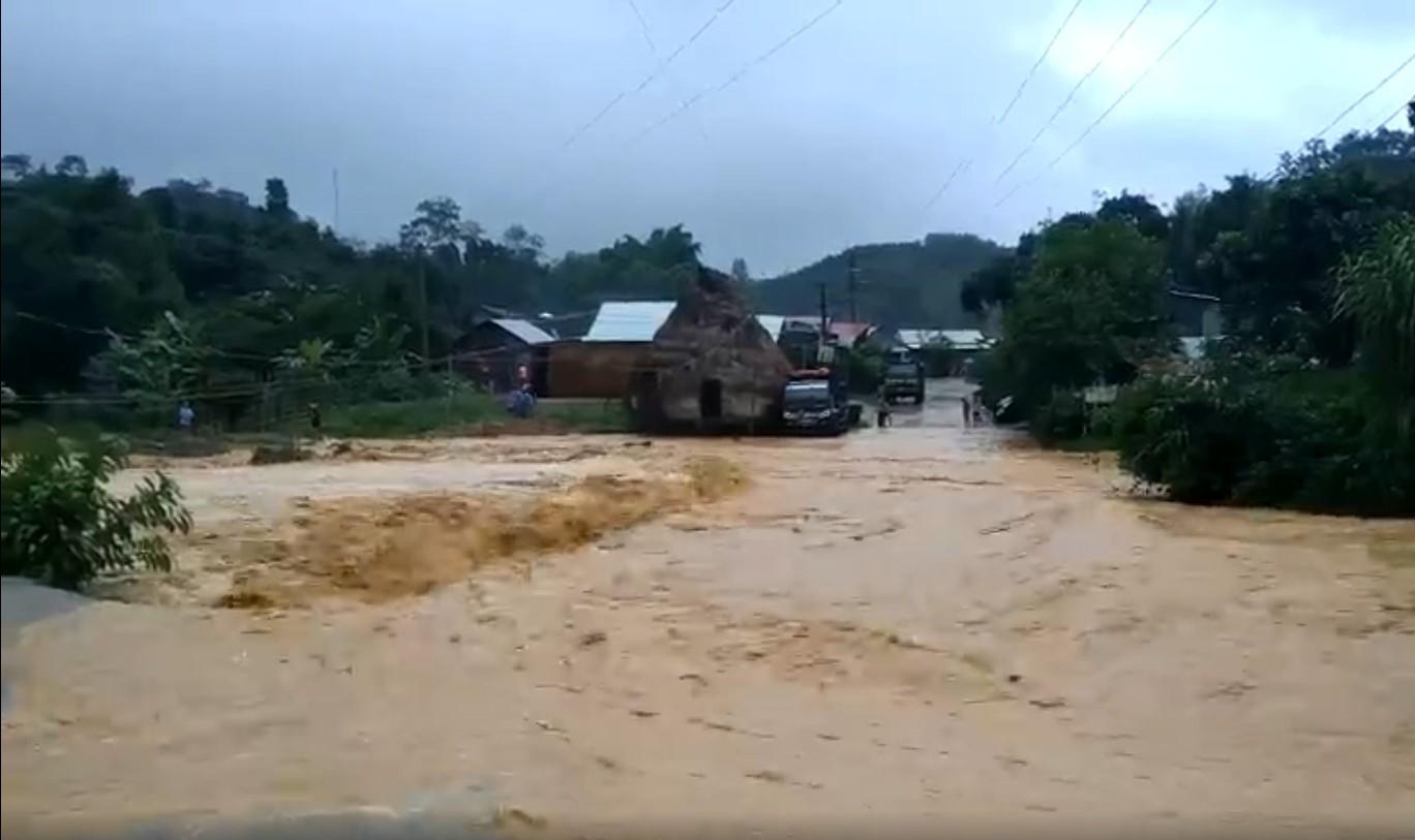 Đoạn đường từ xã Lăng đi vùng cao nước chảy mạnh gây ách tắt giao thông lên 4 xã vùng cao.