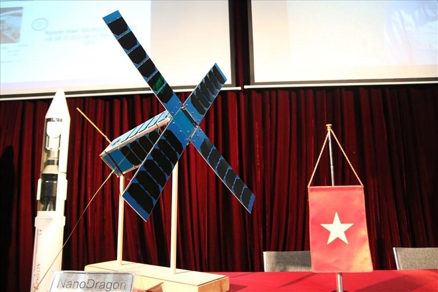 """Vệ tinh NanoDragon """"Made in Việt Nam"""" được trưng bày tại Trung tâm Vũ trụ Việt Nam. Ảnh T.Vương"""