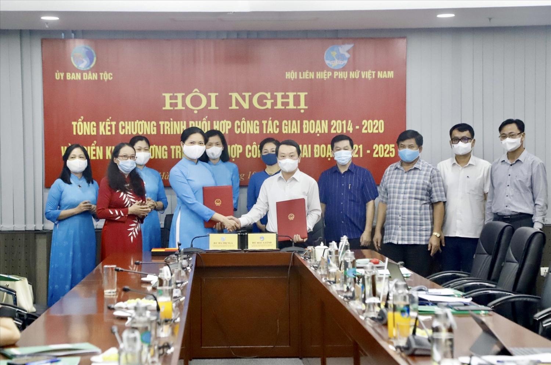 Bộ trưởng, Chủ nhiệm UBDT Hầu A Lềnh và Chủ tịch Trung ương Hội LHPN Việt Nam Hà Thị Nga ký kết Chương trình phối hợp công tác giai đoạn 2021-2025
