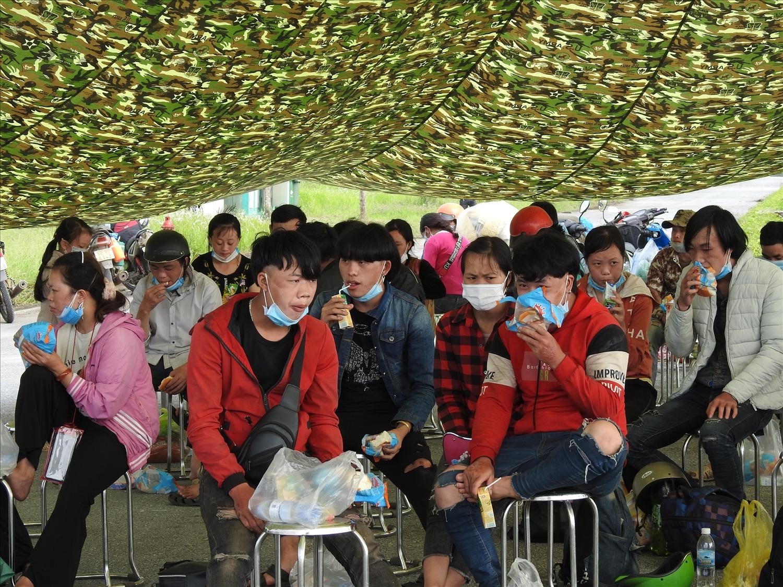 Tại chốt kiểm soát số 1 Quốc lộ 1A, người dân được hỗ trợ đồ ăn thức uống từ các tổ chức, các đoàn thiện nguyện