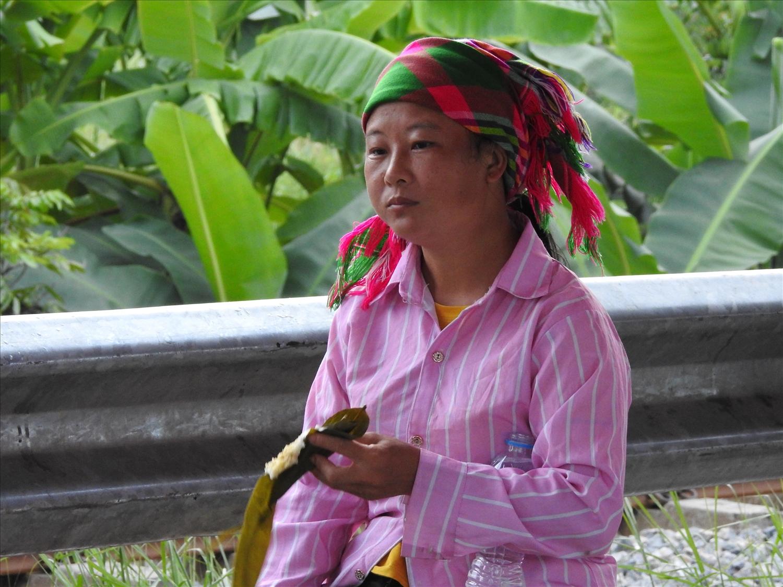 Chị Hoàng Thị Mỵ (Bảo Lâm, Cao Bằng) mệt mỏi sau hành trình dài