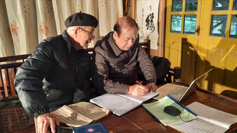 Nhà nghiên cứu văn hóa Tống Đại Hồng (bên phải) và Nghệ nhân dân gian Lương Long Vân trao đổi về công việc tin học hóa chữ Nôm- Tày