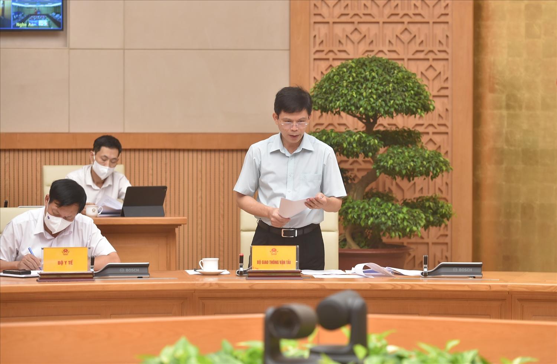 Thứ trưởng Bộ GTVT Lê Anh Tuấn trình bày dự thảo quy định tạm thời về triển khai các đường bay nội địa chở khách thường lệ bảo đảm thích ứng an toàn, linh hoạt, kiểm soát hiệu quả dịch COVID-19 - Ảnh VGP/Đức Tuân