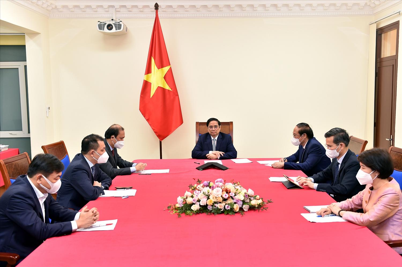 Thủ tướng Chính phủ Phạm Minh Chính điện đàm với Đặc phái viên của Tổng thống Hoa Kỳ về Biến đổi khí hậu John Kerry. Ảnh VGP/Nhật Bắc