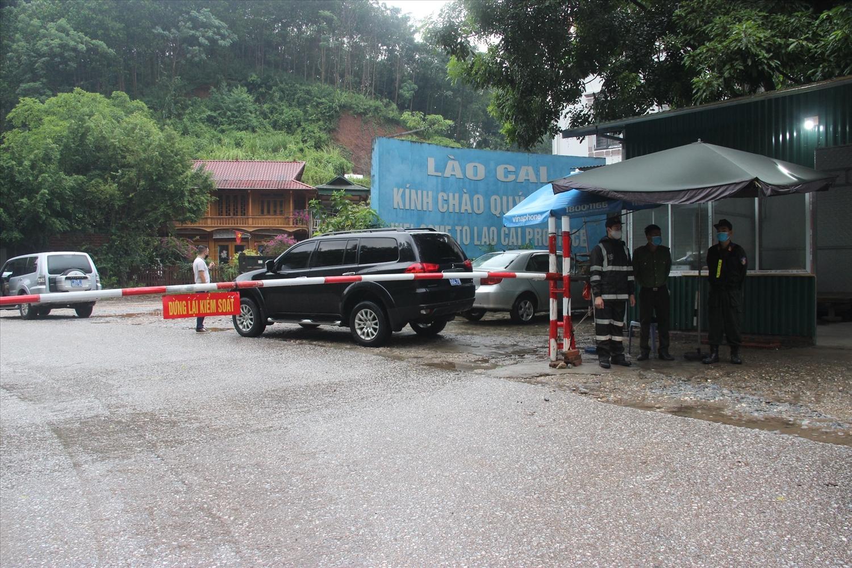Chốt kiểm dịch trên Quốc lộ 70 địa phận giáp ranh giữa tỉnh Yên Bái và Lào Cai luôn bảo đảm ứng trực 24/24h để đón người dân trở về Lào Cai