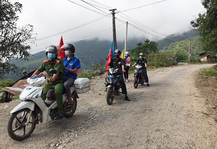 Lực lượng chức năng tuyên truyền lưu động cho người dân trên địa bàn xã Ka Lăng