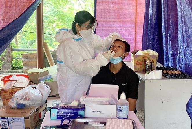 Lấy mẫu xét nghiệm người dân trở về địa phương tại chốt kiểm dịch thuộc địa phận xã Phúc Khánh, huyện Bảo Yên (Lào Cai)