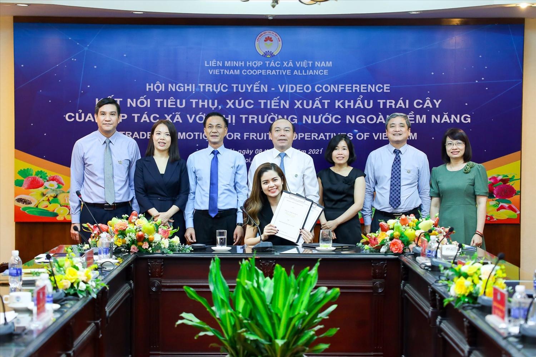 Bà Nguyễn Ngọc Huyền, Tổng Giám đốc công ty TNHH Mia Fruit tham dự Lễ ký kết Hợp tác tiêu thụ Trái cây giữa các HTX và doanh nghiệp xuất nhập khẩu tại điểm cầu Hà Nội