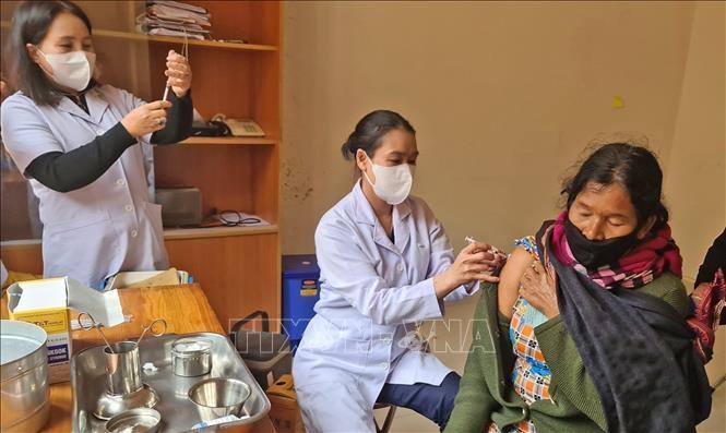 Người dân thôn Đưng K'Nớ 1, thôn Lán Tranh (xã Đưng K'Nớ, huyện Lạc Dương) đi tiêm vaccine phòng dịch COVID-19 trong ngày 7/10.