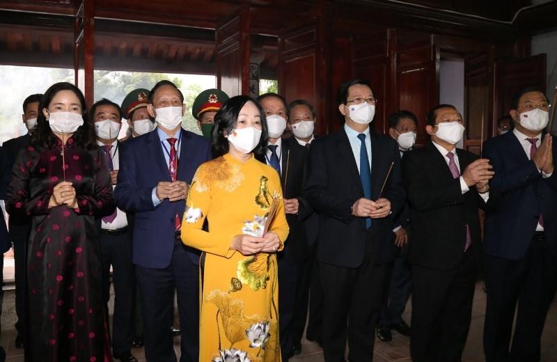 Đồng chí Trương Thị Mai, Ủy viên Bộ Chính trị, Trưởng Ban Tổ chức T.Ư cùng các đại biểu dâng hương kỷ niệm 110 năm Ngày sinh đồng chí Lê Đức Thọ tại khu tưởng niệm ở xã Nam Vân, TP Nam Định.