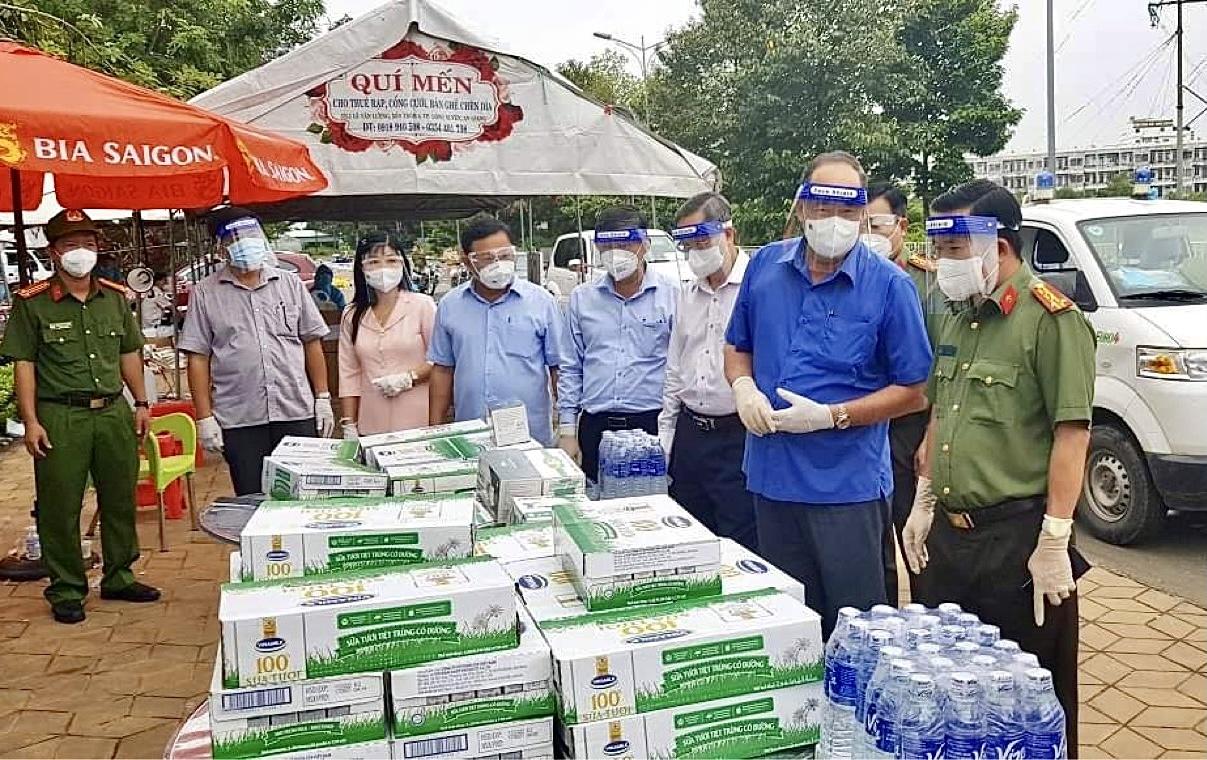 Lãnh đạo An Giang chuẩn bị hàng hóa, lương thực cấp và đón người dân hồi hương trong rất chu đáo, nghĩa tình