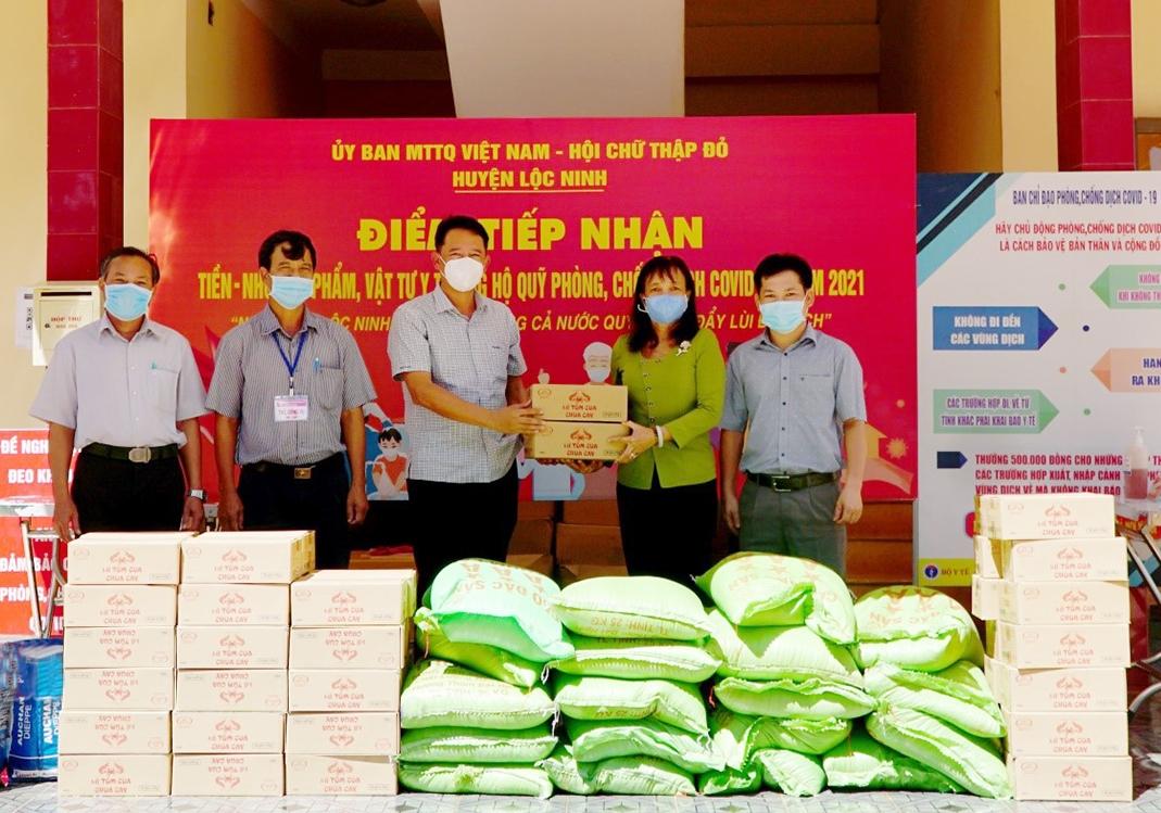 Trưởng ban Dân tộc tỉnh Lý Trọng Nhân trao quà gửi tặng đồng bào DTTS huyện Lộc Ninh