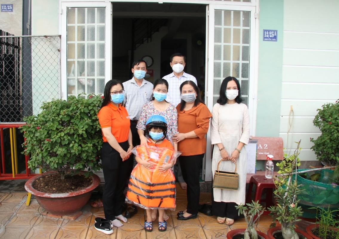 Ông Dương Tấn Hiển Phó Chủ tịch UBND TP. Cần Thơ trao hỗ trợ cho trẻ em mồ côi do dịch bệnh Covid-19